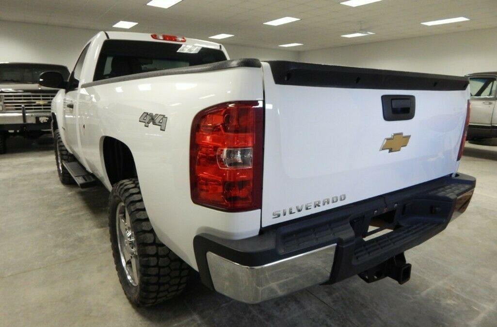 2011-Chevrolet-C-K-Pickup-2500-Silverado-03