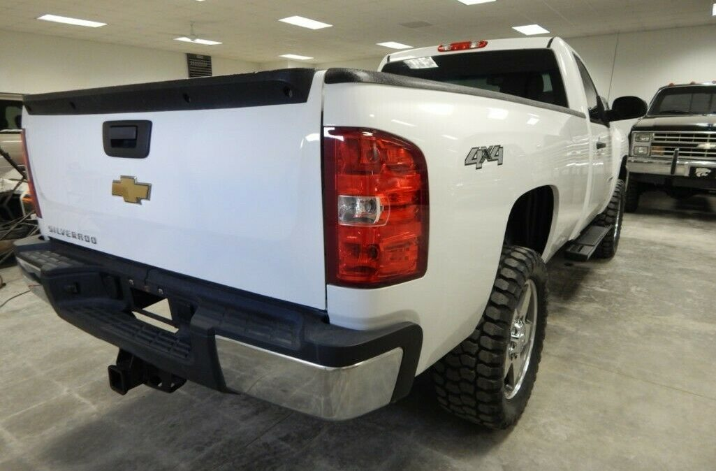 2011-Chevrolet-C-K-Pickup-2500-Silverado-06