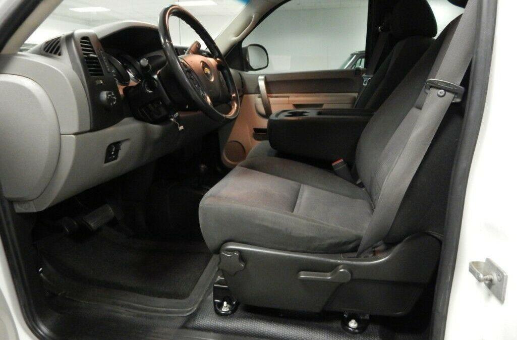 2011-Chevrolet-C-K-Pickup-2500-Silverado-07